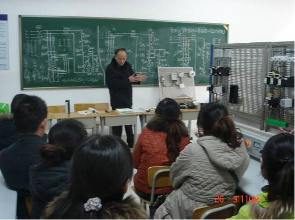 本次培训内容是内外线实训—《家用单相电度的安装、配线、使用与维护》。首先李成书老师讲解内外线实训的基本要求、电路常用元器件的工作原理及单相电度表考核点。然后,张建副主任配合李成书老师对教师进行分组训炼。在实训中,张主任和李成书老师对每一组老师细致耐心的讲解,手把手的指点,还对理论教学中需要实训配合的项目进行了讲解。实训过程中,还对2个小组进行了技能比赛,既增进了友谊,又锻炼了技能。最后,张主任对技能培训进行了点评,既肯定了培训的成绩,又对出现的问题进行了深入的剖析。